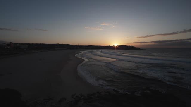 vídeos de stock, filmes e b-roll de ws bondi beach at sunset / sydney, australia - praia de bondi