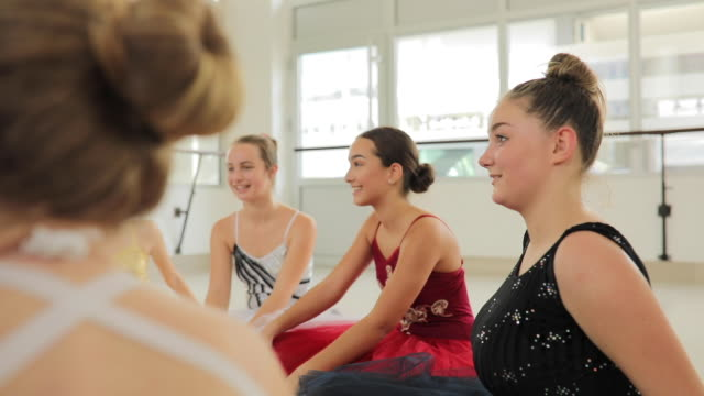 verklebung nach ballett-klasse - gymnastikanzug stock-videos und b-roll-filmmaterial