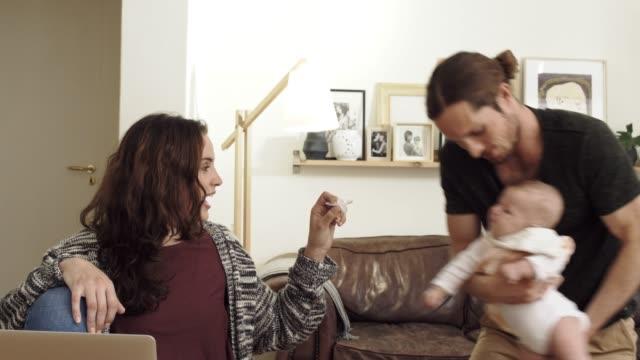vídeos y material grabado en eventos de stock de la vinculación como una familia nueva - balancearse