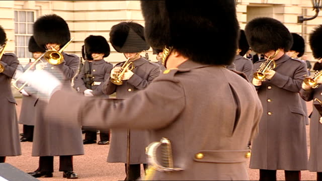vídeos de stock, filmes e b-roll de bond-themed 'changing of the guard' enacted for charity; guards changing as military band version of james bond theme by john barry heard sot - decretar