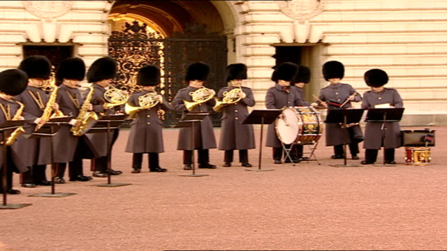 vídeos de stock, filmes e b-roll de bond-themed 'changing of the guard' enacted for charity; members of the band of the scots guards playing medley of james bond theme music, including... - decretar