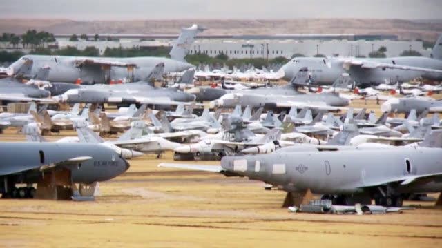boneyard at davismonthan air force base in arizona where air force planes go after they've flown their last mission - 空軍点の映像素材/bロール