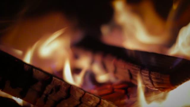 vidéos et rushes de bonfire - burning wood - foyer de cheminée