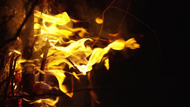 暗い夜にちらつくver slomoの焚き火 - 外乗点の映像素材/bロール
