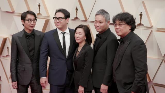 vidéos et rushes de bong joon ho yang jinmo jin won han kwak sinae hajun lee at the 92nd annual academy awards arrivals on feb 09 2020 in hollywood february 9 2020 - cérémonie des oscars