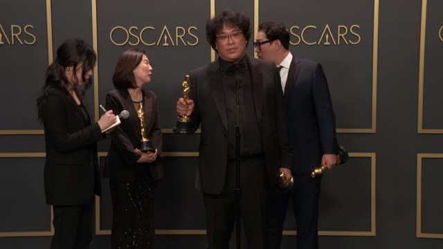 "bong joon-ho, han jin-won, kwak sin-ae of ""parasite"" at the 92nd annual academy awards - press room at dolby theatre on february 09, 2020 in... - academy awards stock-videos und b-roll-filmmaterial"