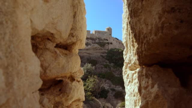 vídeos de stock, filmes e b-roll de bonifacio fortress, calvi corsica, dolly in shot - calvi