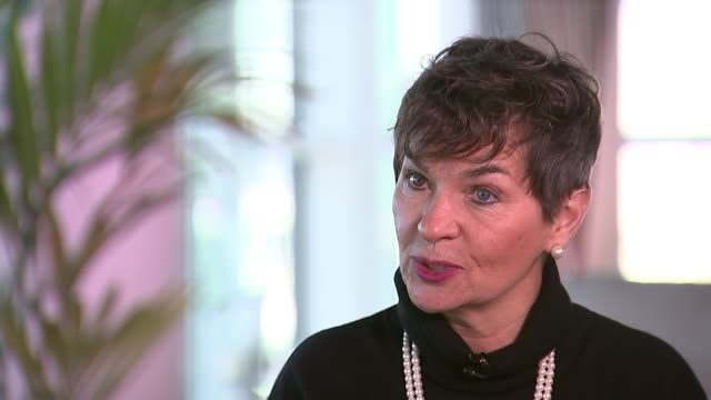 christiana figueres interview germany bonn int christiana figueres interview sot reporter chatting to figueres - politik stock-videos und b-roll-filmmaterial