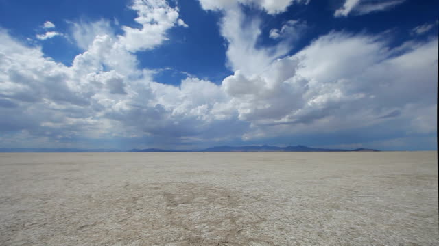 stockvideo's en b-roll-footage met bonnevile salt flats landscape - bonneville zoutvlakte