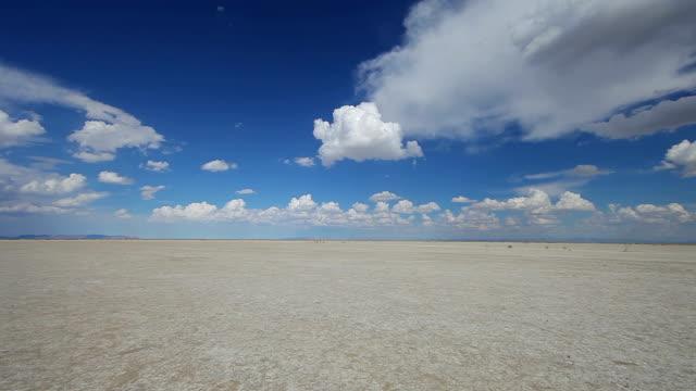 vídeos de stock, filmes e b-roll de bonnevile salt flats landscape - bonneville salt flats