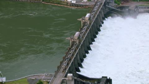 stockvideo's en b-roll-footage met luchtfoto bonneville dam op de columbia-rivier - dam mens gemaakte bouwwerken