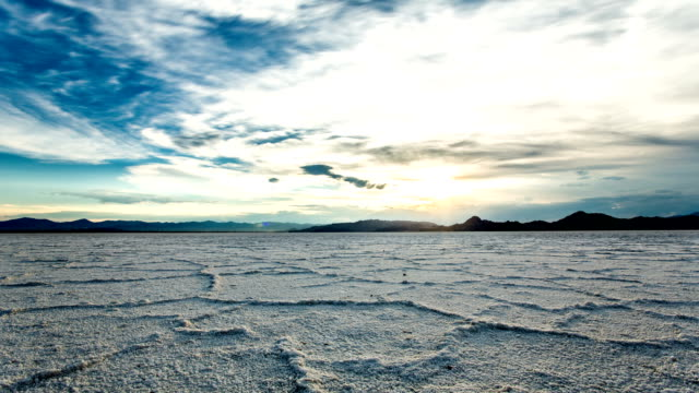 stockvideo's en b-roll-footage met bonneville salt flats sunset timelapse - droog
