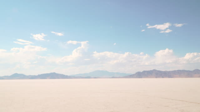 bonneville salt flats - zona pedonale strada transitabile video stock e b–roll