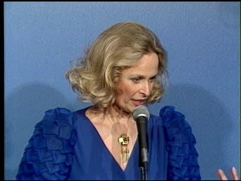 bonnie bartlett at the 1986 emmy awards at the pasadena civic auditorium in pasadena, california on september 21, 1986. - パサディナ公会堂点の映像素材/bロール