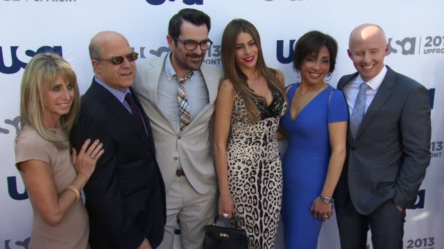 vídeos de stock, filmes e b-roll de bonnie hammer jeff wachtel ty burrell sofia vergara linda yaccarino chris mccumber at usa network 2013 upfront event at pier 36 on may 16 2013 in new... - ty burrell