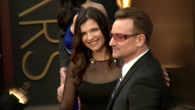 vídeos de stock e filmes b-roll de bono & ali hewson - 86th annual academy awards - arrivals at hollywood & highland center on march 02, 2014 in hollywood, california. - vestido preto