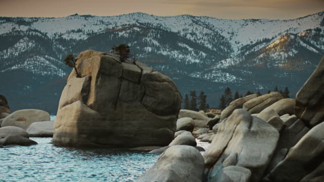 bonsai rock, lake tahoe in winter - boulder rock stock-videos und b-roll-filmmaterial