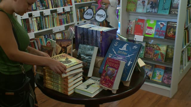"""book of stage play script """"harry potter and the cursed child"""" on display, being read in bookstore in chicago, illinois on july 31, 2016. - harry potter titolo d'opera famosa video stock e b–roll"""