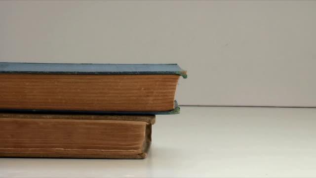 vídeos de stock e filmes b-roll de pilha de livro (hd, ntsc - empilhar