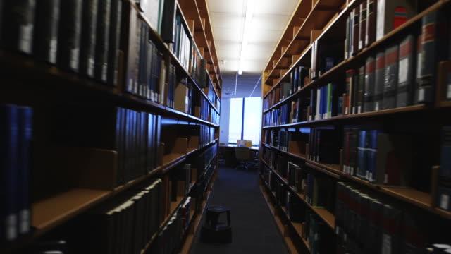 vídeos y material grabado en eventos de stock de bookcases in library - estantería de libros