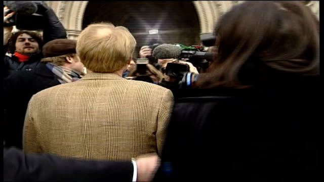 stockvideo's en b-roll-footage met da vinci code court case england london royal courts of justice ext dan brown out of car on arrival at court thru' press scrum' side view of michael... - the da vinci code
