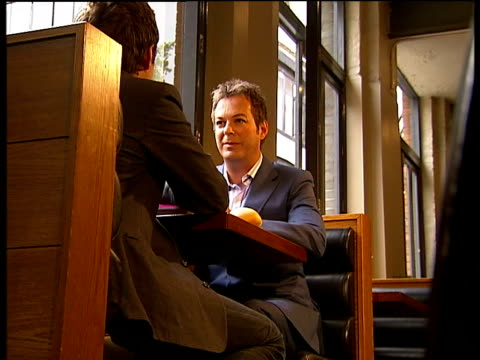 "vidéos et rushes de julian clary novel ""murder most fab""; various shots of reporter and clary in cafe - julian clary"