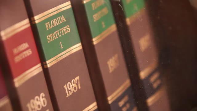 vídeos de stock e filmes b-roll de livros de direito na flórida - lei