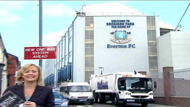 wayne rooney's autobiography; moyes to take legal action; liverpool: goodison park: ext name and club logo on wall 'everton fc' pull out to reporter... - biografia video stock e b–roll