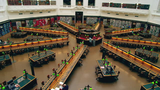 ws bookshelves and reading room in state library / melbourne, victoria, australia - bibliothek stock-videos und b-roll-filmmaterial