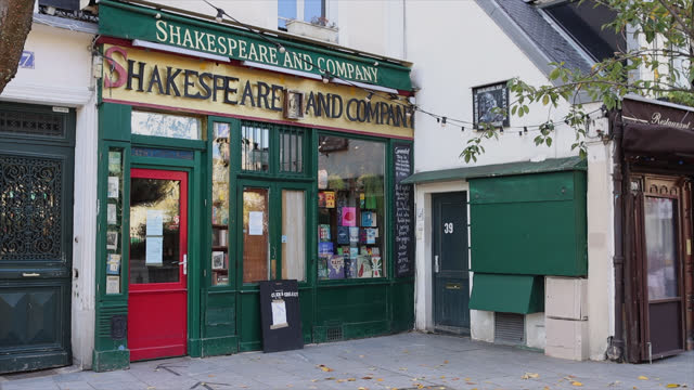 vidéos et rushes de bookstore closed except with click and collect, on second day of isolation on october 31, 2020 in paris, france. france imposed another national... - collection
