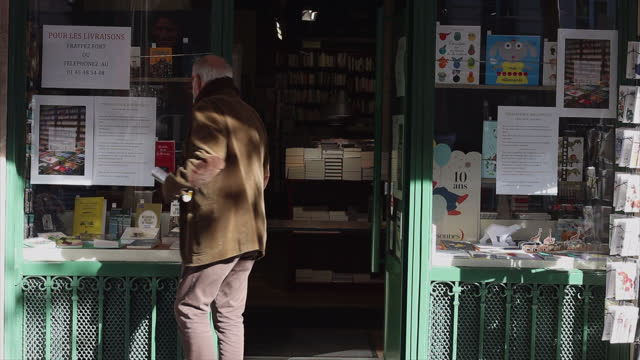 vidéos et rushes de bookstore closed except with click and collect, on the second day of isolation on october 31, 2020 in paris, france. france imposed another national... - collection