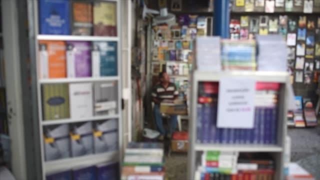 bookstore in recife with a sale on legal books. - digital spegelreflexkamera bildbanksvideor och videomaterial från bakom kulisserna
