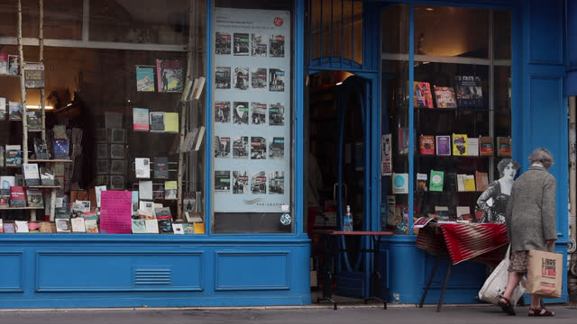 vidéos et rushes de bookstore librairie la belle lurette, rue saint antoine)) closed except with click and collect, on the second day of isolation on october 31, 2020 in... - collection