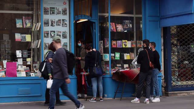 bookstore librairie la belle lurette, rue saint antoine)) closed except with click and collect, on the second day of isolation on october 31, 2020 in... - bookstore stock videos & royalty-free footage