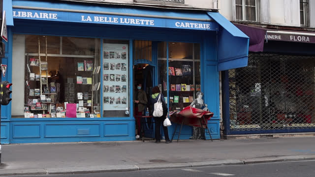 bookstore librairie la belle lurette, rue saint antoine)) closed except with click and collect, on the second day of isolation on october 31, 2020 in... - 書店点の映像素材/bロール