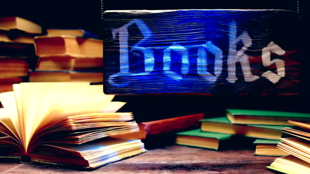 stockvideo's en b-roll-footage met boekhandel hout teken - houten paal