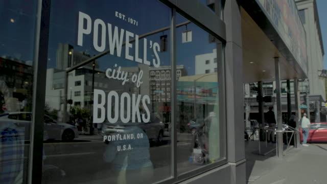 vidéos et rushes de sept_2018_portland_powells bookstore_window - editorial