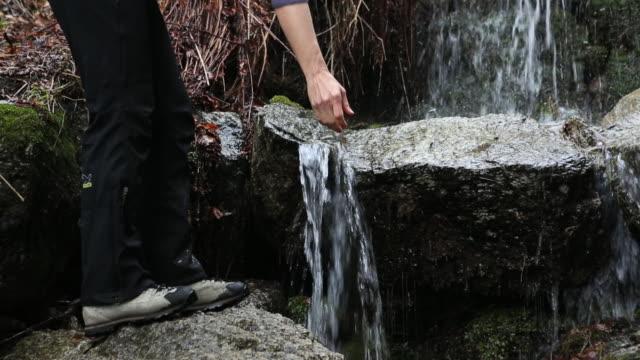 stockvideo's en b-roll-footage met boom view of hiker scooping water from clear stream - handen in een kommetje