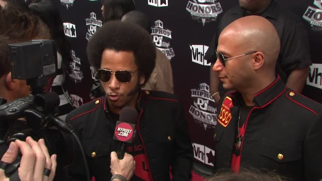 stockvideo's en b-roll-footage met boots riley and tom morello of street sweeper social club at the 2009 vh1 hip hop honors red carpet at new york ny - vh1