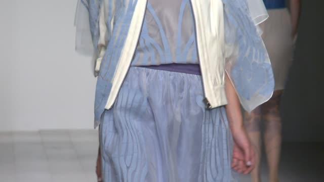 vídeos y material grabado en eventos de stock de bora aksu london fashion week ss 2013 on september 14, 2012 in london, england - territorios franceses de ultramar
