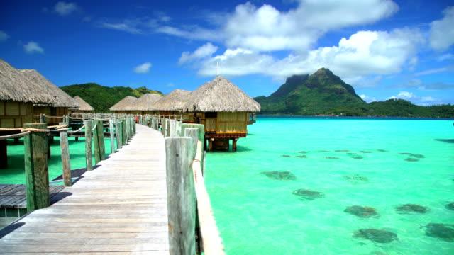 vídeos y material grabado en eventos de stock de bora bora overwater bungalows on boardwalk aquamarine lagoon - polinesio