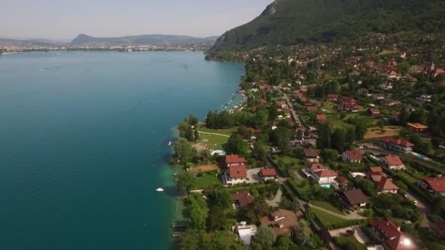 bord du lac d'annecy vue en drone - auvergne rhône alpes stock videos & royalty-free footage