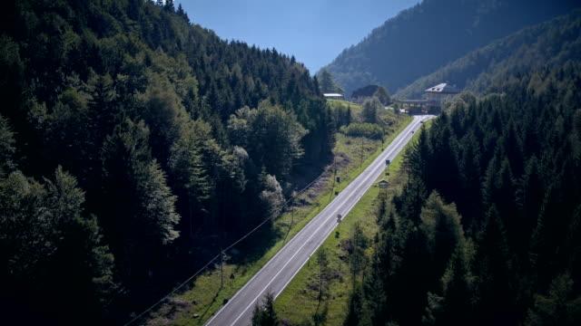 vidéos et rushes de contrôle aux frontières haut dans les montagnes - voie d'accès au garage