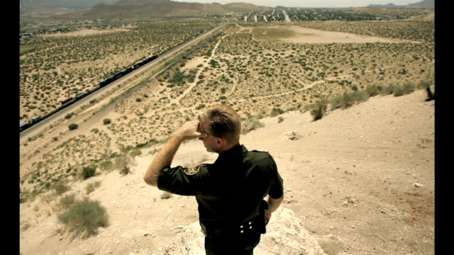 stockvideo's en b-roll-footage met border el paso on the trail of illegal immigrants on southern border of the us - mexicaanse etniciteit