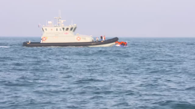 """vidéos et rushes de uk border force vessel picking up migrants who have crossed the english channel from france to the uk in an inflatable boat - """"bbc news"""""""