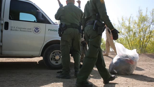 stockvideo's en b-roll-footage met us border patrol agents detain a group of 16 immigrants from mexico and el salvador who had just crossed the rio grande river from mexico into texas... - deportation