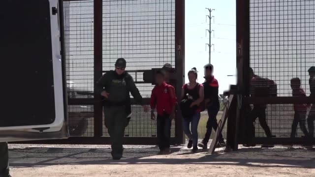 vidéos et rushes de us border patrol agents engage with migrants entering the united states along the southwest border during march 2019 in texas and arizona - sud ouest américain