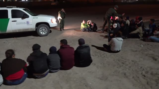 border patrol agents engage with migrants entering the united states along the southwest border during march 2019 in texas and arizona. - südwesten stock-videos und b-roll-filmmaterial