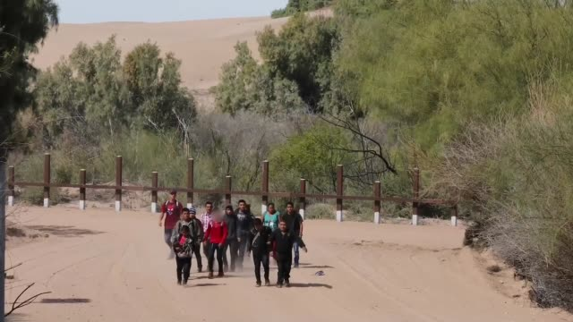 us border patrol agents engage with migrants entering the united states along the southwest border during march 2019 in texas and arizona - 密輸点の映像素材/bロール