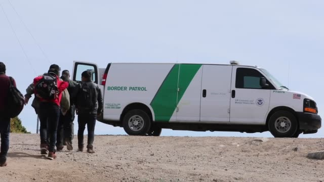 vídeos de stock e filmes b-roll de us border patrol agents engage with migrants entering the united states along the southwest border during march 2019 in texas and arizona - investigação lei
